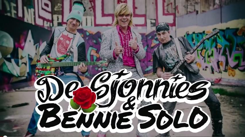 De Sjonnies & Bennie Solo tijdens de kermis in Volendam