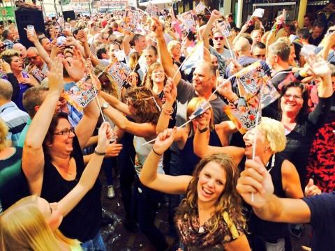 Optreden De Sjonnies en Bennie Solo tijdens de kermis in Volendam